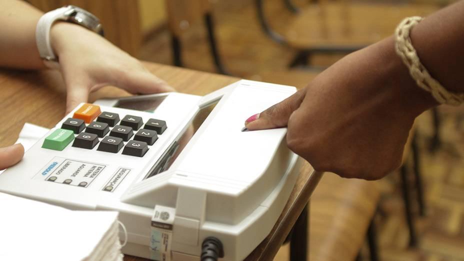 Sistema biométrico para identificação de eleitores nas Eleições 2012 em Curitiba (PR), na manhã deste domingo (28)