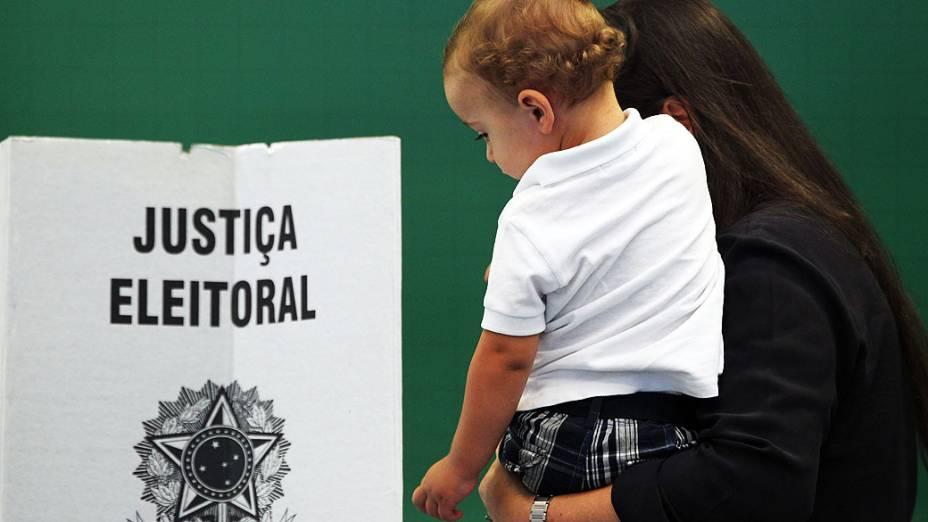 Eleitores votam no Colégio Santa Cruz, no Alto de Pinheiros, zona oeste da capital paulista, nas eleições municipais deste domingo (28)