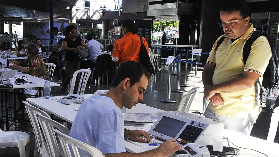 Eleitores fora do seu domicílio eleitoral justificam ausência por meio do formulário requerimento de Justificativa Eleitoral em postos montados no aeroporto Juscelino Kubitschek e na rodoviária Interestadual, em Brasília