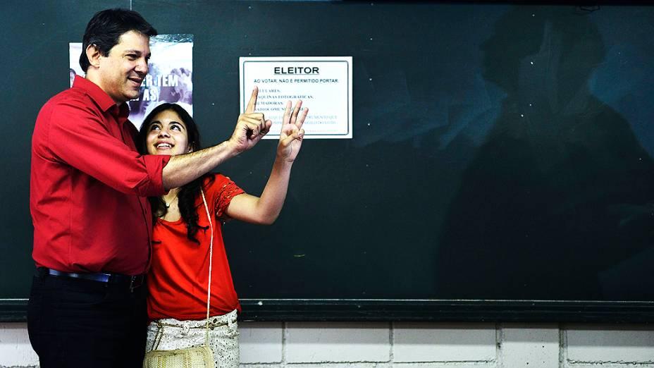 O candidato à Prefeitura de São Paulo pelo PT, Fernando Haddad, vota acompanhado da filha na Universidade Ibirapuera, na zona sul da capital, neste domingo (28)