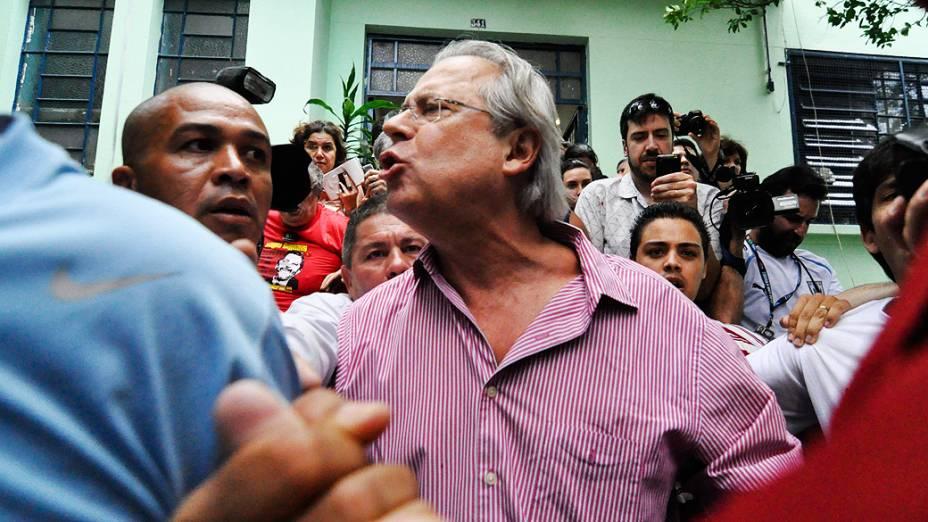<br><br>  O ex-ministro da Casa Civil, José Dirceu, chegou para votar na Escola Estadual Princesa Isabel, neste domingo (28), no Bosque da Saúde, zona sul de São Paulo