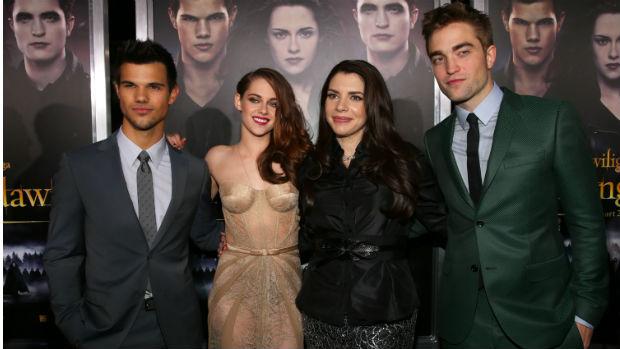 Robert Pattinson, Kristen Stewart e Taylor Lautner ao lado de Stephanie Meyer, autor da saga Crepúsculo