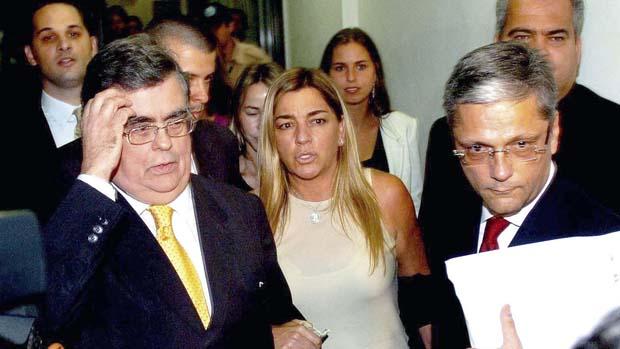 A empresária Eliana Tranchesi, dona da loja Daslu, acompanhada de seu advogado, deixando a 2ª Vara Federal, após prestar depoimento no processo por formação de quadrilha, sonegação fiscal, sonegação fiscal, descaminho e falsidade material