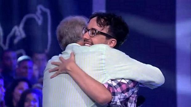 Alisson abraça o apresentador Pedro Bial após sua eliminação do BBB14