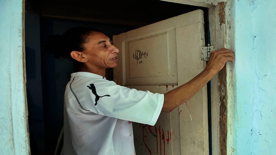 Elizabeth Gomes da Silva, viúva de Amarildo, mostra a casa onde a família mora hoje