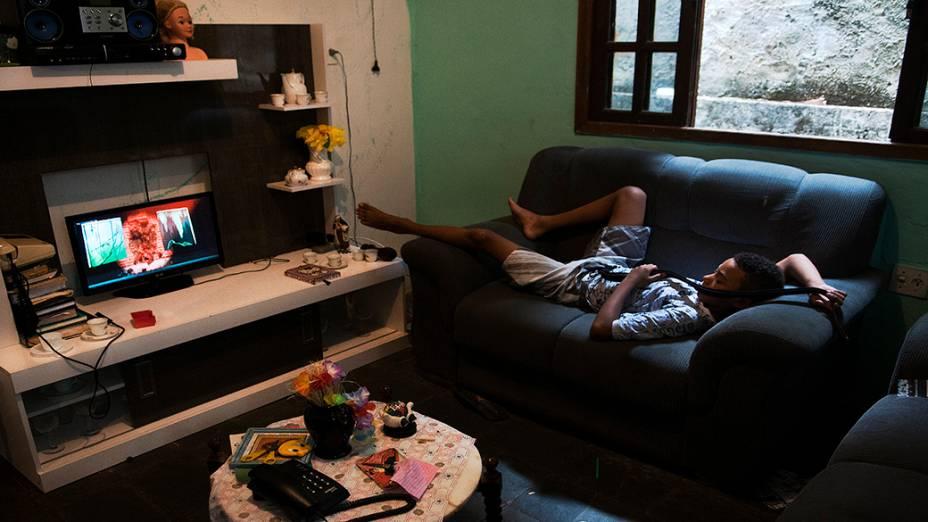 Filho do pedreiro Amarildo, na nova casa da família, na Rocinha