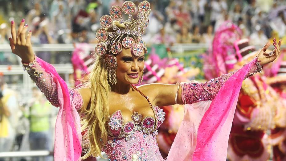 Ellen Rocche, a rainha de bateria da Rosas de Ouro no primeiro dia de desfiles em São Paulo