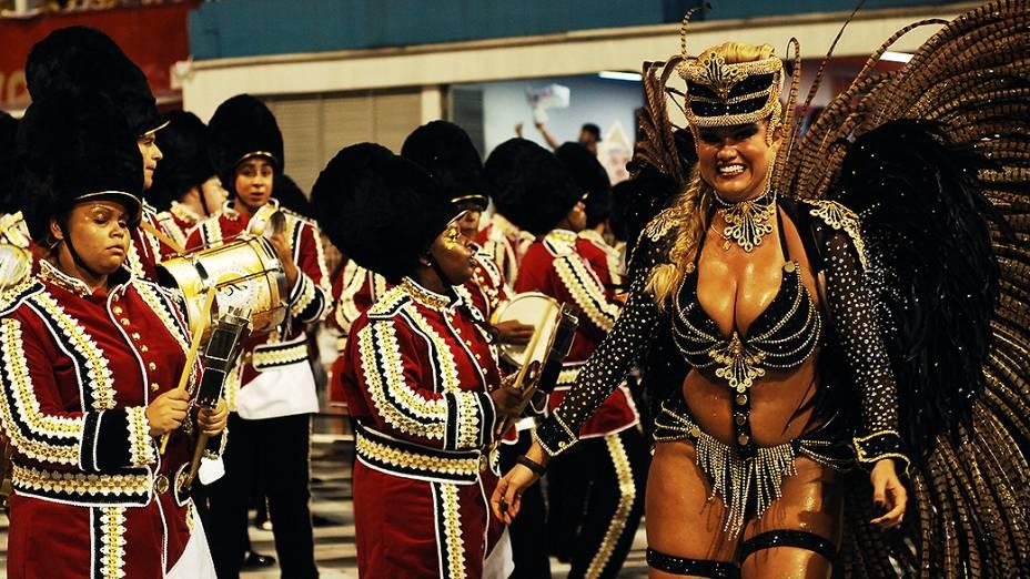 Ellen Rocche, rainha de bateria da Rosas de Ouro que apresentou enredo sobre as maiores festas do mundo
