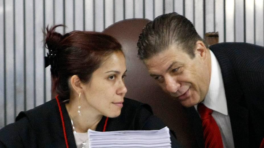 A promotora Daniela Hashimoto conversa com José Beraldo, advogado da família da adolescente Eloá Cristina Pimentel, no segundo dia de julgamento