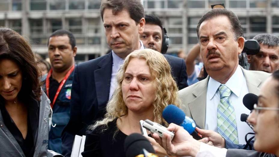Mãe de Eloá, Ana Cristina Pimentel, chega ao fórum de Santo André no primeiro dia do julgamento