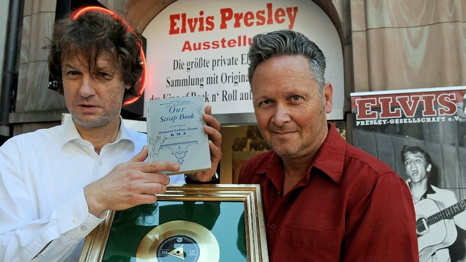 Os colecionadores alemães Torsten Meck (à esquerda) e Andreas Schröer exibem as última aquisições para o Museu Elvis Presley