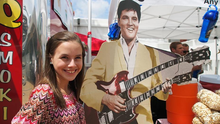A adolescente Isabella Scott, de apenas 13 anos, posa ao lado do ícone da música Elvis Presley no estado norte-americano da Flórida