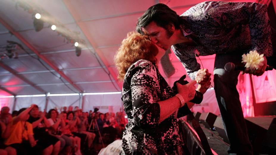 """Artista australiano Mark Anthony dá um beijo em uma fã durante a sexta edição do concurso anual """"Ultimate Elvis Tribute Artist"""""""