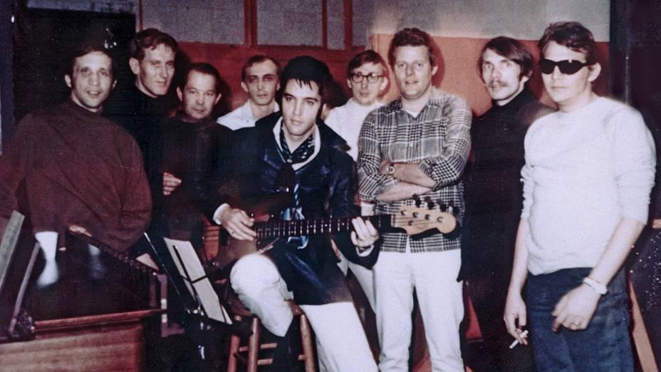 Elvis Presley posa para foto com fãs no estudio em 1969