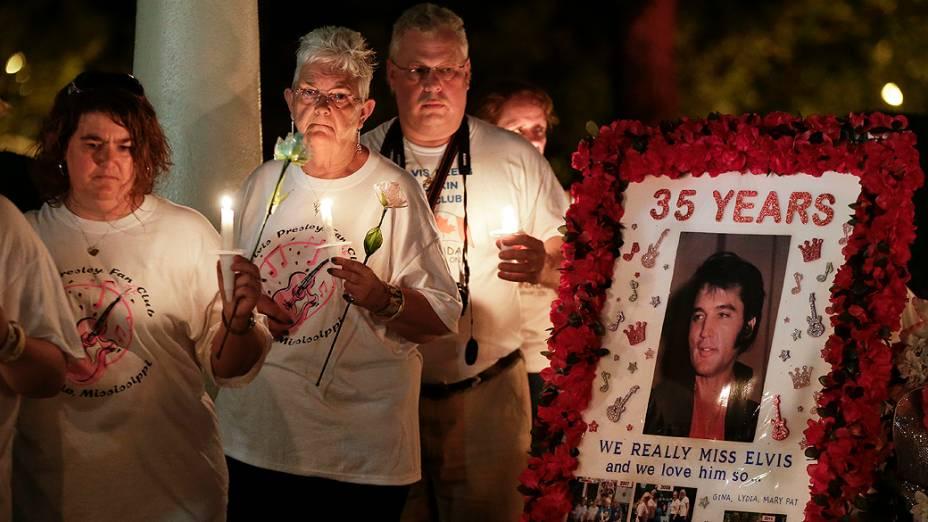 Fãs de Elvis Presley fazem vigília em Memphis, no Tennesse. Pessoas se juntaram em frente à casa onde o rei do rock morou para lembrar o aniversário de 35 anos da morte dele
