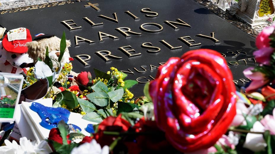 Fãs prestam homenagem ao cantor Elvis Presley, após 35 anos de sua morte