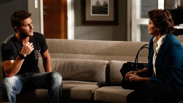 Em Império, Leonardo (Klebber Toledo) e Beatriz (Suzy Rêgo) conversam sobre Cláudio Bolgari (José Mayer)