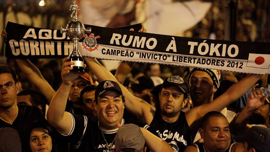 Torcida do Corinthians se despede da equipe no embarque para o Japão, onde o time disputa o Mundial de Clubes