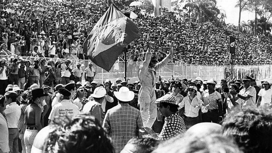 Emerson Fittipaldi comemora a vitória do GP Brasil de Fórmula 1 em 1973