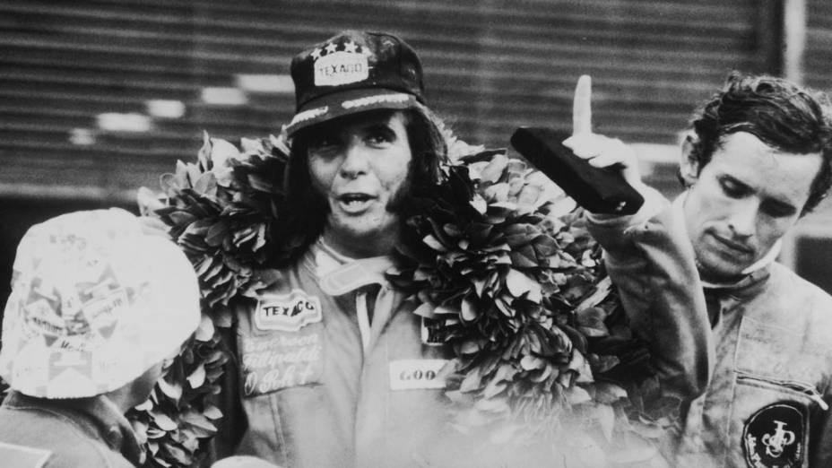 O piloto brasileiro Emerson Fittipaldi comemora a conquista do campeonato após o GP Brasil de Fórmula 1 em 1974