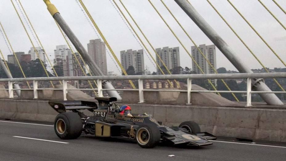 O ex-piloto bicampeão de Fórmula 1, Emerson Fittipaldi, dirige uma Lotus 72 nas ruas de São Paulo