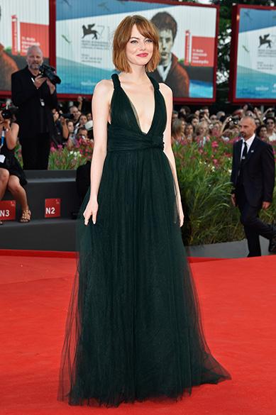 A atriz Emma Stone aparece na quinta posição no ranking da People. Ela se destacou com o vestido da marca Valentino durante o Festival de Veneza, na Itália, no começo de setembro