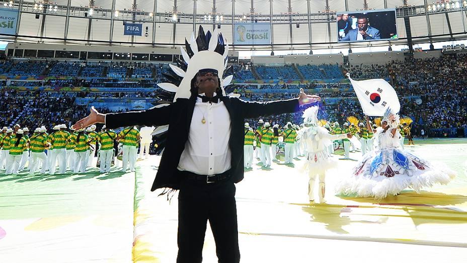 Carlinhos Brown durante a cerimônia de encerramento da Copa do Mundo no Maracanã, no Rio