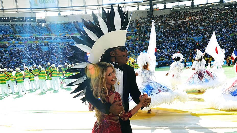 Carlinhos Brown e Shakira durante a cerimônia de encerramento da Copa do Mundo no Maracanã, no Rio