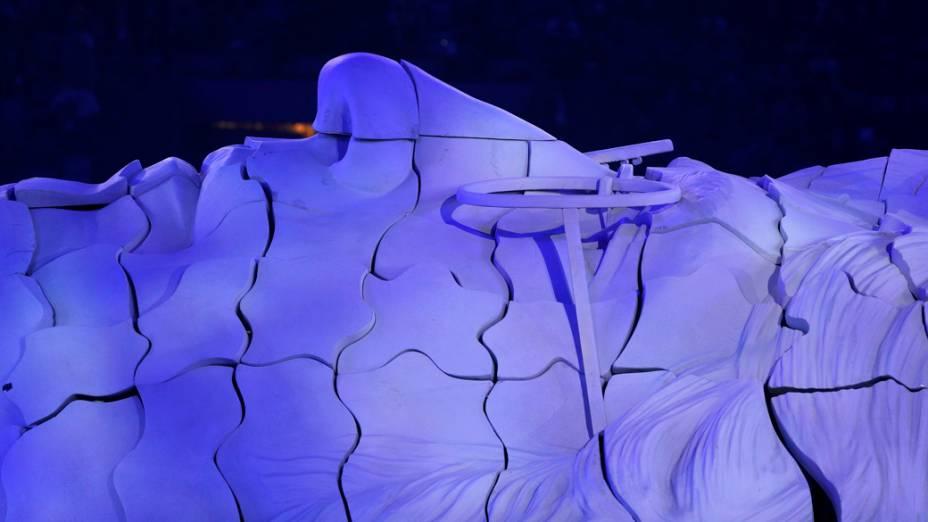 Quebra-cabeça no formato do rosto de John Lennon durante a festa de encerramento da Olimpíada de Londres