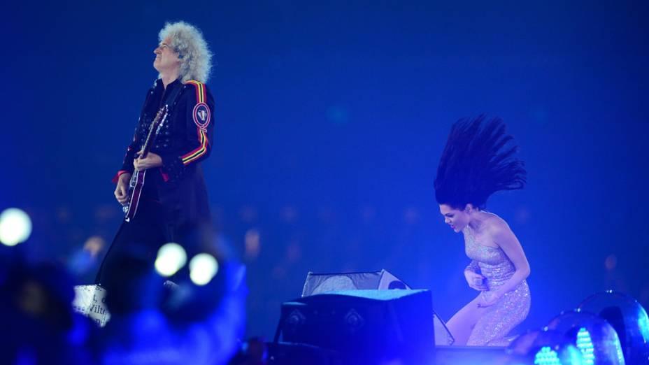 O guitarrista do Queen, Brian May, e a cantora Jesse J na festa de encerramento dos Jogos Olímpicos de Londres