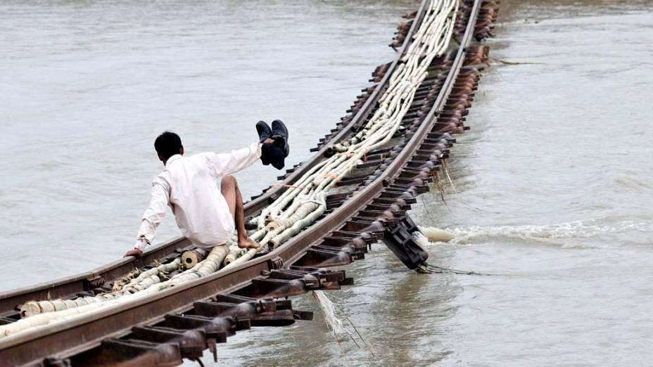 Travessia de linha férrea arrastada pelo rio Gai, na cidade de Dhemaji, devido às enchentes na Índia