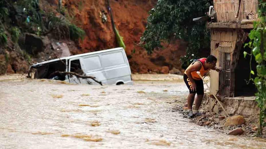 Bombeiros continuam buscas em lugares afetados pelas chuvas em Xerém, na Baixada Fluminense