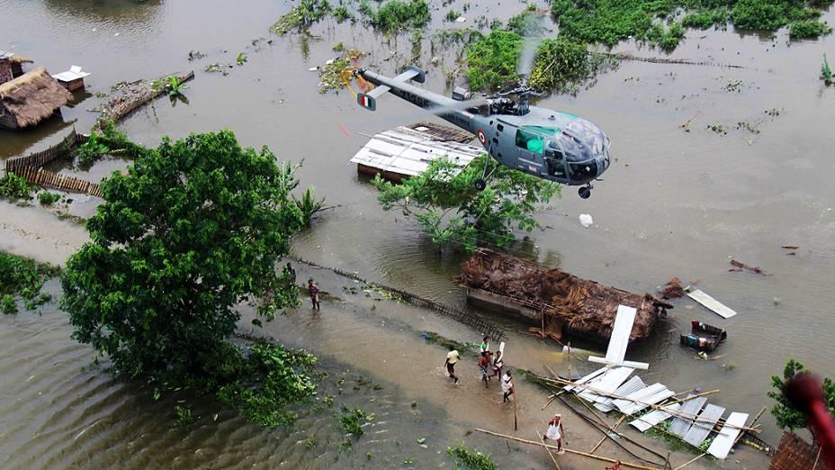 Área totalmente alagada no distrito de Assam, na Índia. As chuvas comuns da temporada de monções já mataram mais de 60 pessoas, segundo a imprensa local
