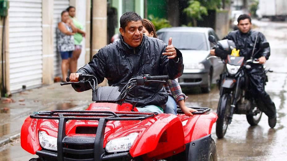 O cantor Zeca Pagodinho, que mora em Xerém, ajudou moradores prejudicados pelas chuvas