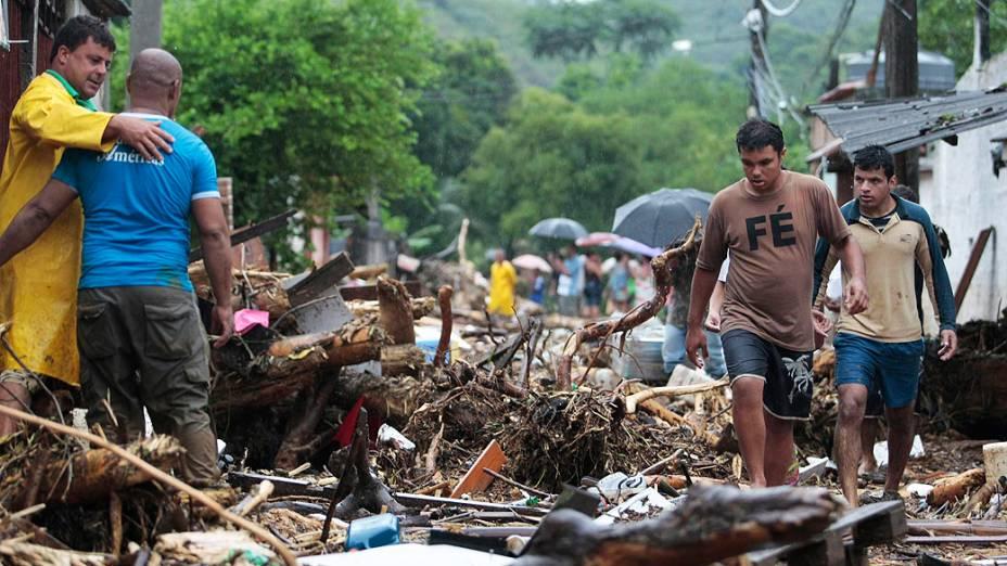 Chuva forte alaga ruas e destroi casas no distrito de Xerem em Duque de Caxias