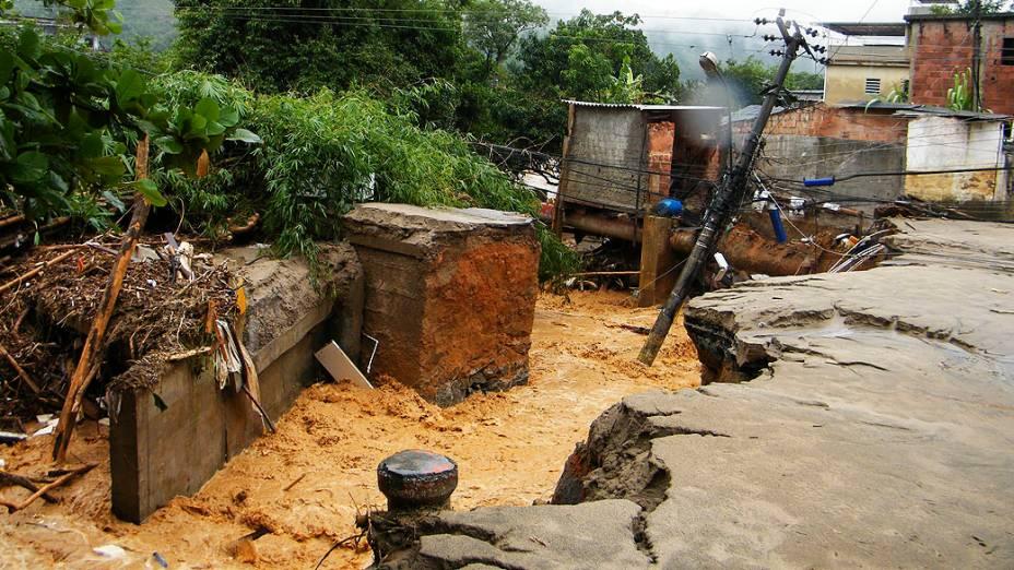 A forte chuva que caiu desde a madrugada em Xerém, distrito de Duque de Caxias (RJ), levou destruição e deixou centenas de pessoas desabrigadas