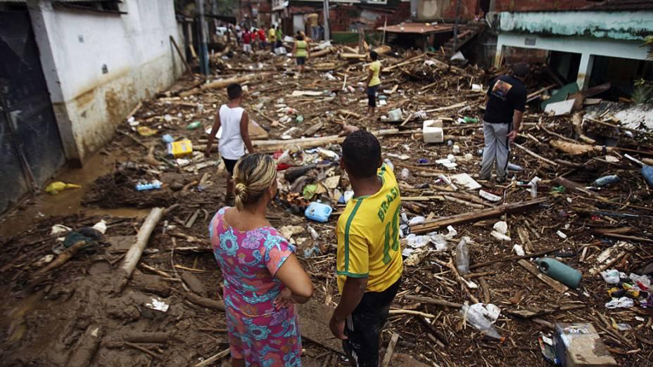 Ao menos uma pessoa morreu após a tempestade que atingiu o bairro do Café Torrado, em Xerém, Duque de Caxias deixando milhares de desabrigados