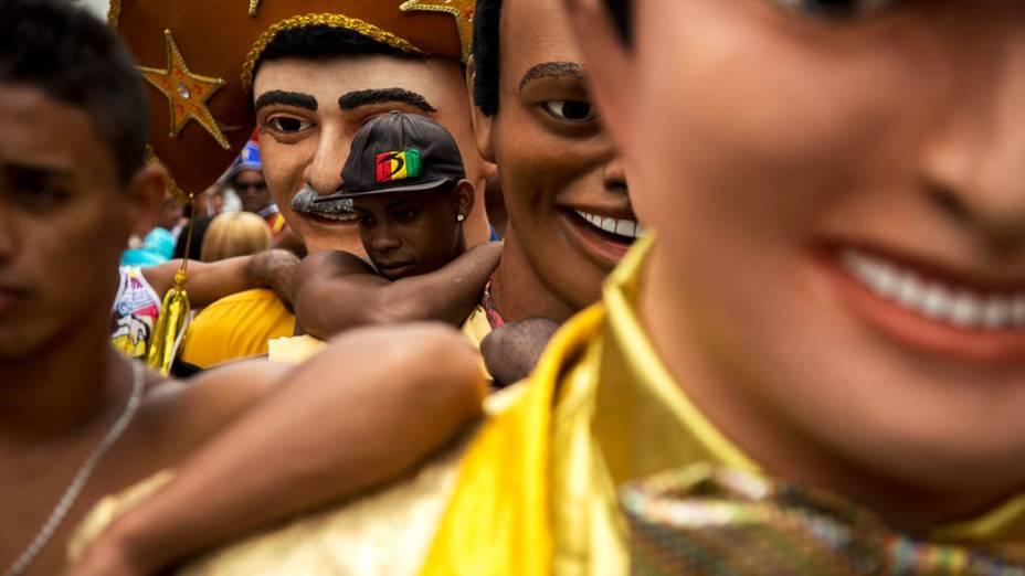 Bonecos gigantes de Olinda fazem homenagem a artistas brasileiros e até ao presidente dos EUA.