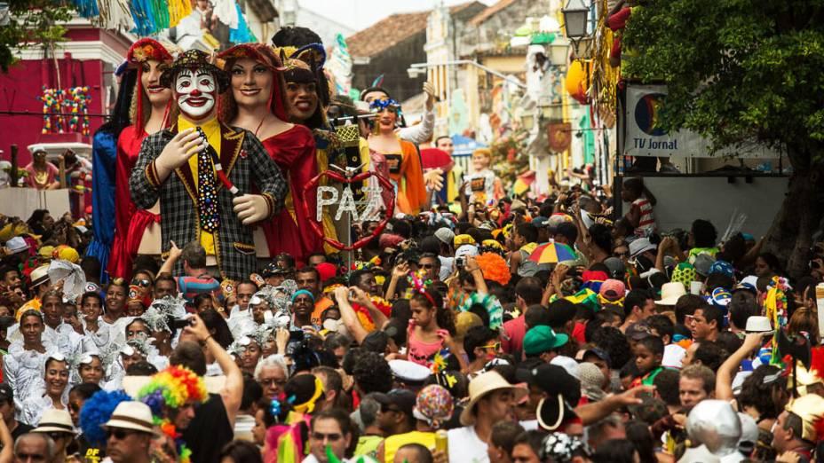 Encontro de Bonecos Gigantes pelas ruas da Cidade Alta, bairro de Olinda