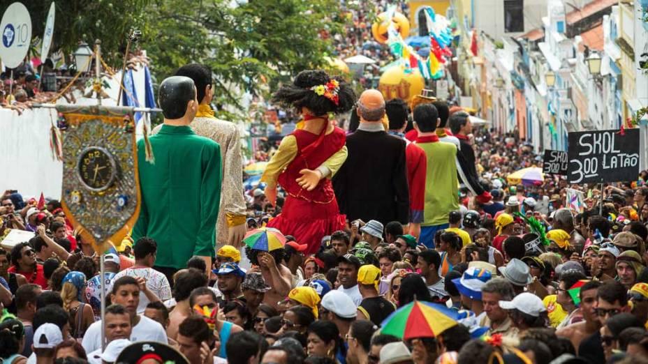 Marca do Carnaval de Olinda, os tradicionais Bonecos Gigantes se encontraram no largo de Guadalupe em Olinda