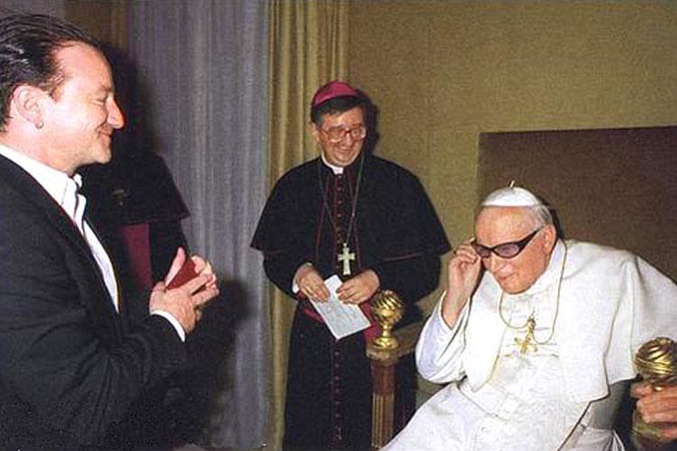O cantor da banda irlandesa U2, Bono Vox, presenteou o Papa João Paulo II com seus óculos em 2010