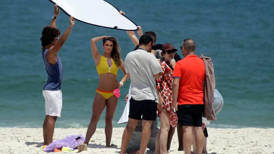 Debora Secco durante ensaio na praia da Barra da Tijuca