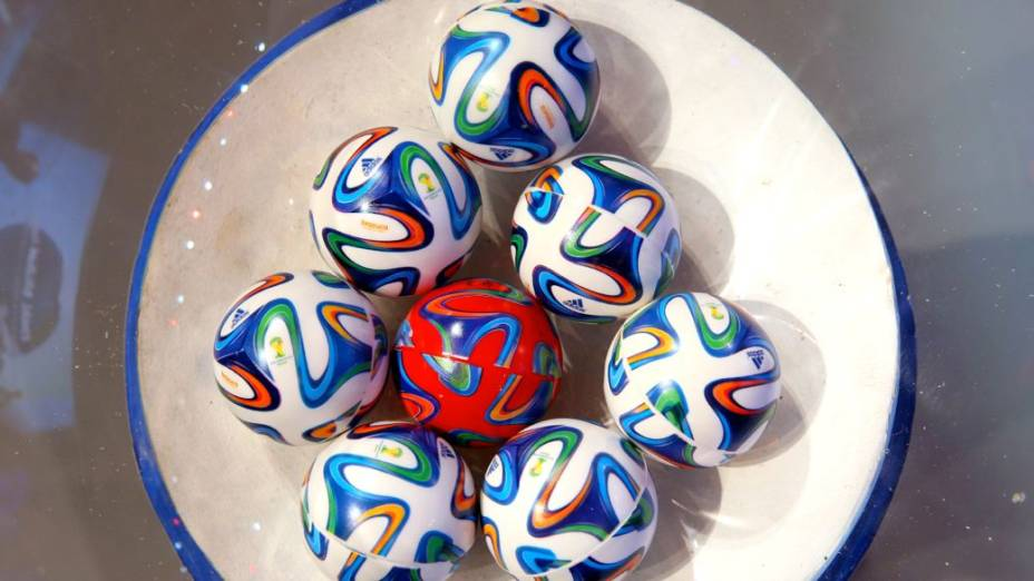 As bolinhas do sorteio dos grupos da Copa do Mundo de 2014