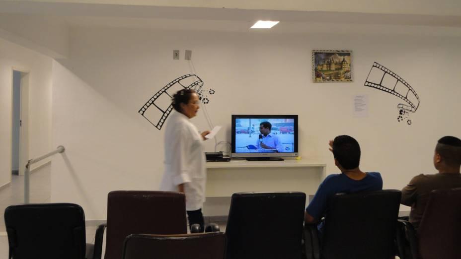 No tempo livre, os dependentes ficam na área de convivência da clínica, sempre acompanhados de enfermeiros