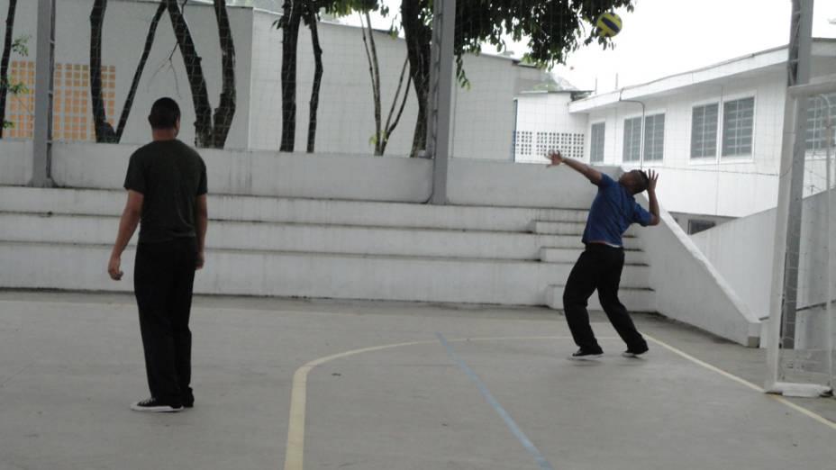 Nas aulas de educação física, Luciano, que foi jogador de futsal, recupera o corpo dos efeitos da droga