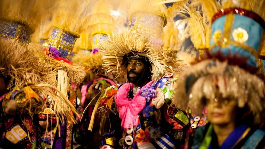 Integrantes de escola de samba aguardam na concentração da Marques de Sapucaí