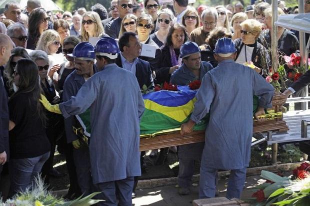 Hebe Camargo é sepultada no cemitério Gethsêmani, no Morumbi, na manhã deste domingo. A apresentadora morreu aos 83 anos de parada cardíaca, em sua casa, no sábado.