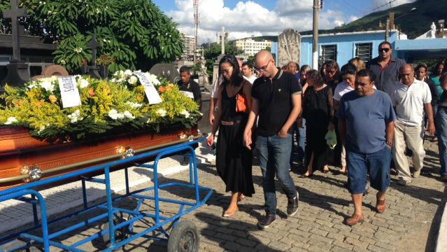 Familiares no enterro do coronel da reserva Paulo Malhães, neste sábado, no cemitério de Nova Iguaçu, na Baixada Fluminense
