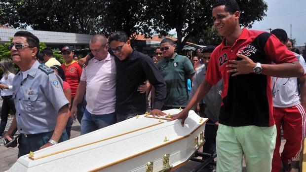Enterro de Ana Clara, em São Luís