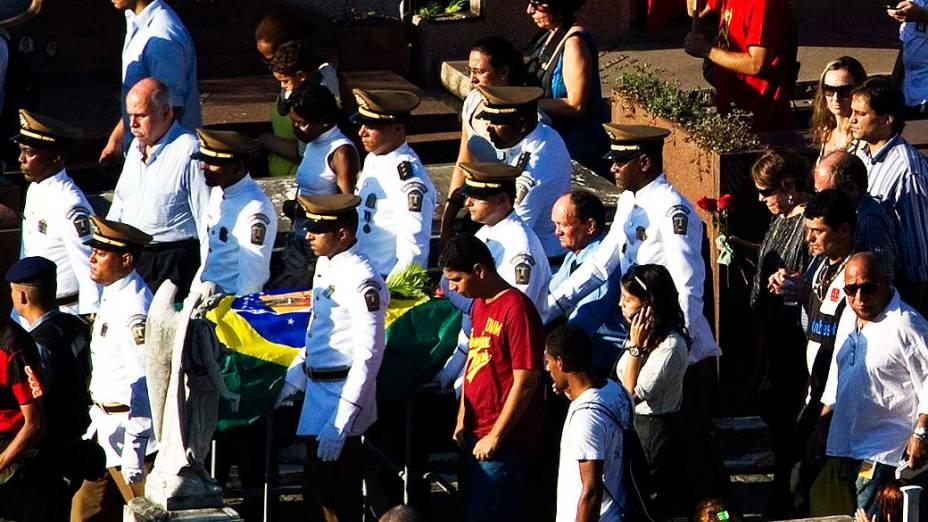 Oficiais carregam o caixão de Niemeyer acompanhados de amigos e familiares no cemitério São João Batista, no Rio de Janeiro